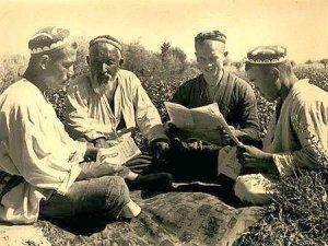 بخاريون يتابعون أخبار المستعمر في بدايات القرن العشرين.